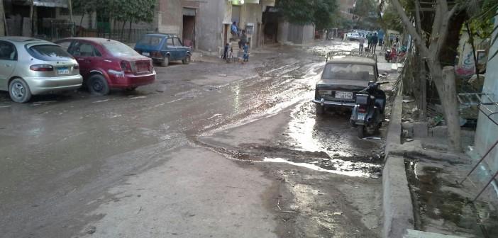 بالصور.. طفح مياه الصرف في شوارع بحي البساتين وسط غياب المسؤولين 📷