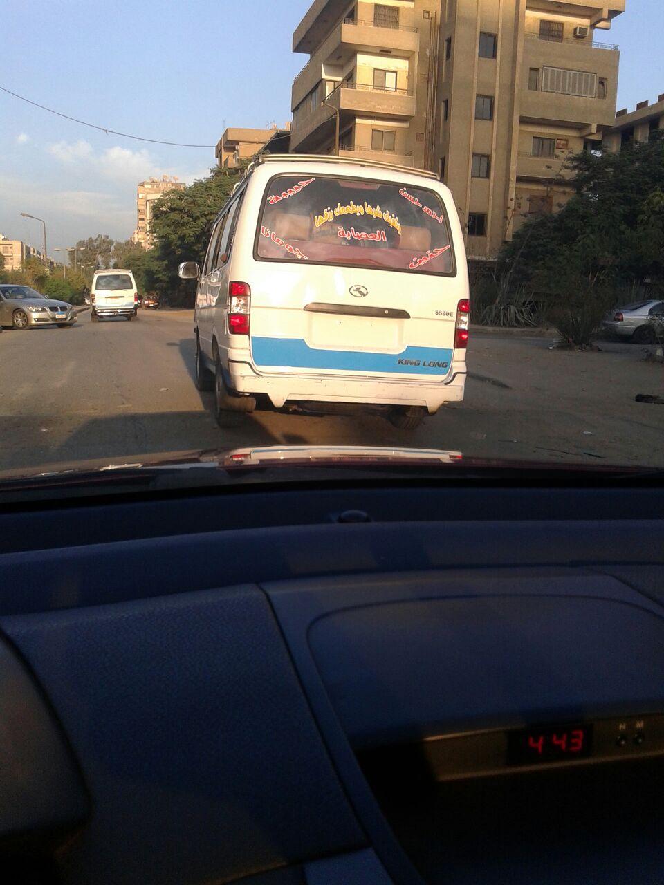 ميكروباص بدون لوحات معدنية يحمل ركاب عشوائيًا في شوارع المعادي