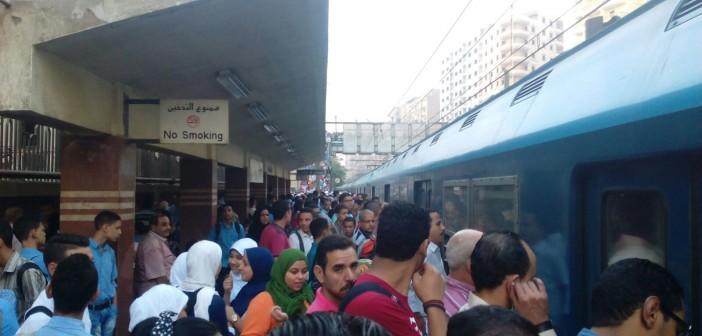 بالصور.. «زحمة» على رصيف المترو.. طلاب المدارس يرفعون الكثافة صباحًا 📷