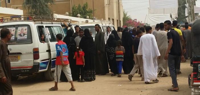 بالصور.. سيارات لمرشحين تنقل الناخبين إلى لجان الدائرة الثانية في قنا (شاركنا صورك 📢)