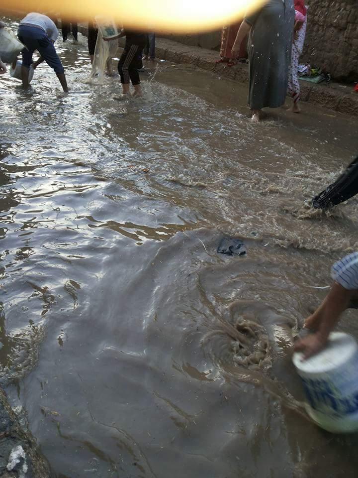 ⛅ بالصور.. غرق مدينة حوش عيسى.. ومواطنون يواجهون الأمطار بـ«الجرادل»