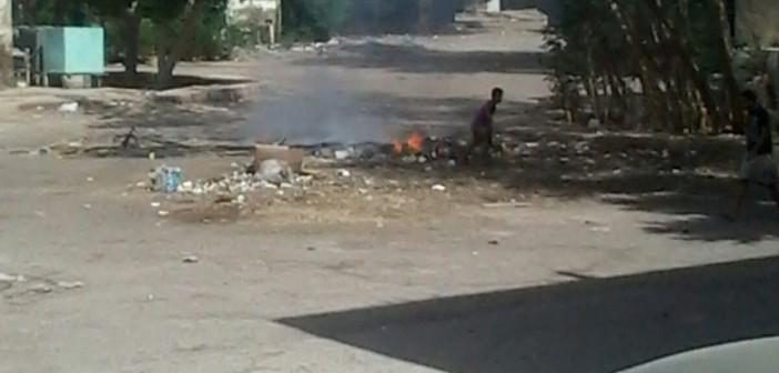 بالصور.. عمال نظافة يحرقون القمامة في شوارع بالغردقة 📷 ▶
