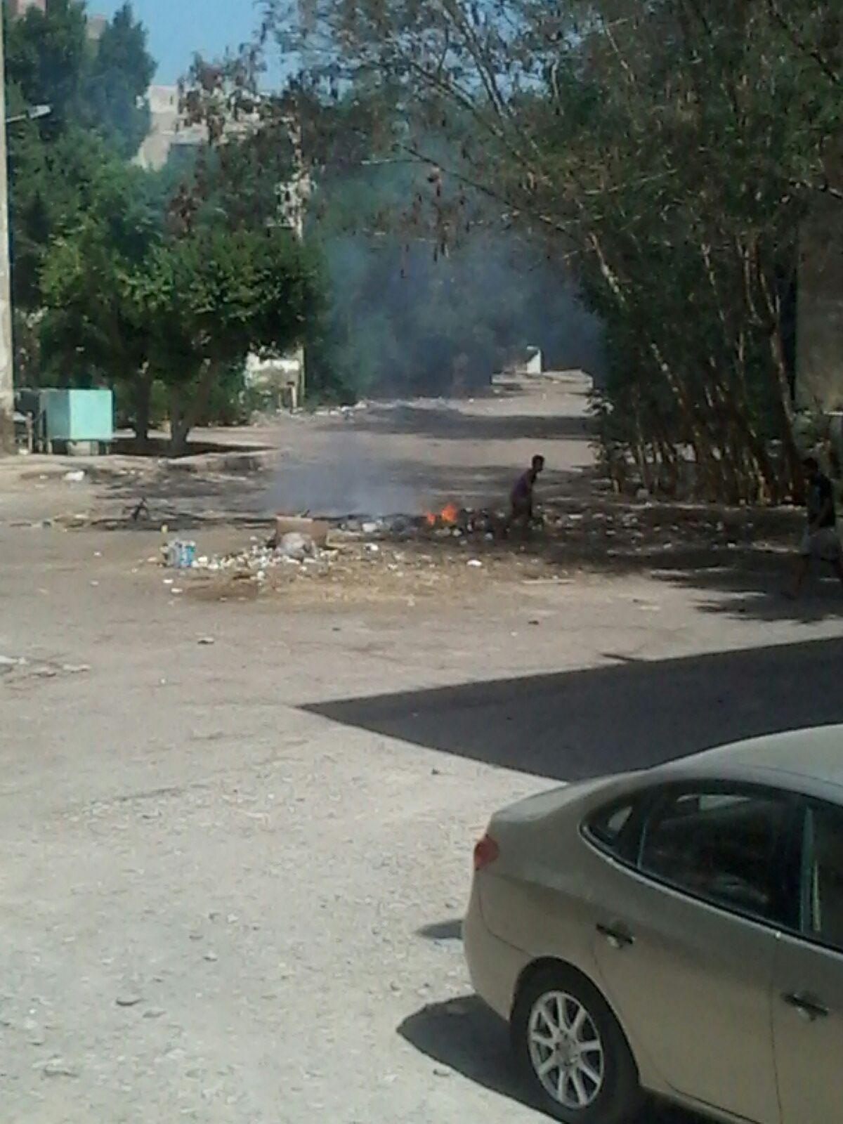 بالصور.. عمال نظافة يحرقون القمامة في شوارع بالغردقة