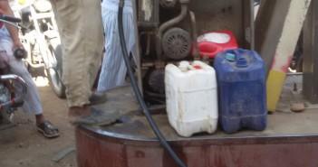 بالصور.. اختفاء إمدادات الوقود بسوهاج.. وتهريب البنزين للسوق السوداء «ع الملأ»