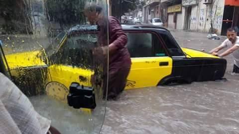 بالصور.. سقوط الثلج في الإسكندرية.. وسائقو التاكسي «يشمّرون» في برك الأمطار