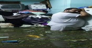 بالصور.. مواطن يحتضن ثلاجته بعد غرق بيته في الإسكندرية.. و«سيلفي» اللحظة الفارقة