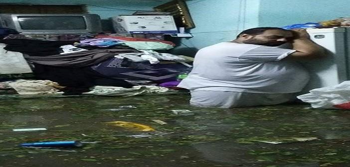 ⛅ بالصور.. مواطن يحتضن ثلاجته بعد غرق بيته بالإسكندرية 📷