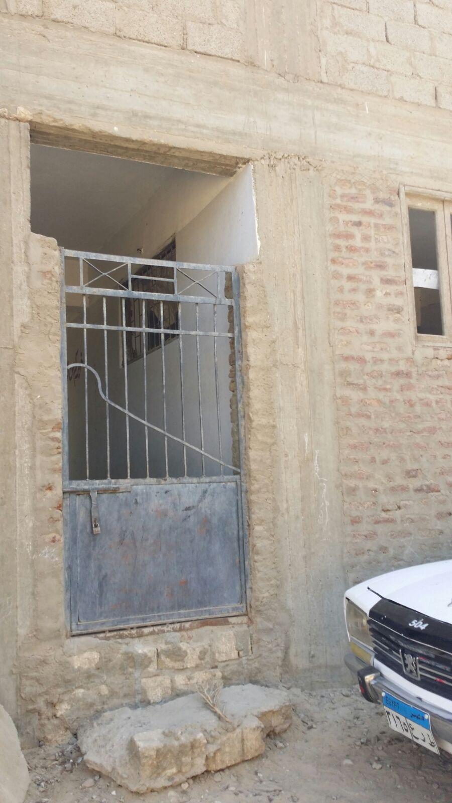 بالصور.. مواطن يرصد تهالك معهد أزهري في قنا.. ويحذر من سقوطه فوق طلابه