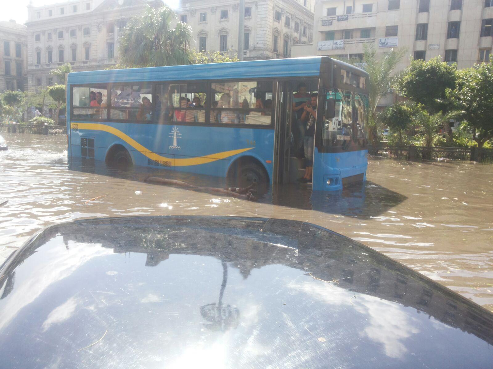 في المنشية المطر «للركب».. ومواطنون: «فين المحافظ والمسؤولين؟»