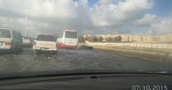 بالصور.. شلل مروري على محور التعمير بالإسكندرية لغرقه في مياه الأمطار