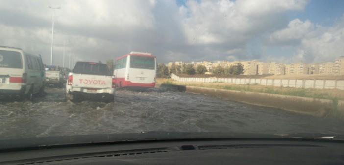 بالصور.. شلل مروري على محور التعمير بالإسكندرية لغرقه في مياه الأمطار 📷
