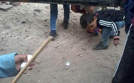 بالصور.. «من تحت البوابة».. تسرب تلاميذ مدرسة بإحدى قرى الشرقية 📷