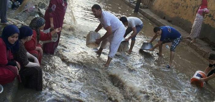 بالصور.. أهالي حوش عيسى بالبحيرة ينقذون منازلهم من مياه الأمطار بـ«الحلات والجرادل» 📷