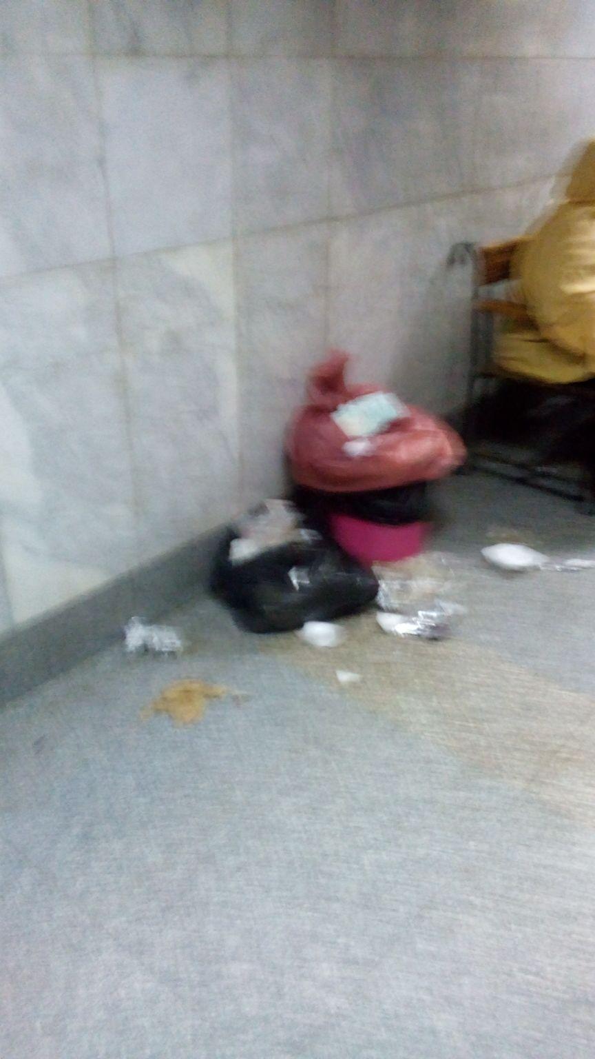 قمامة أمام بنك الدم في مستشفى اليوم الواحد بروض الفرج