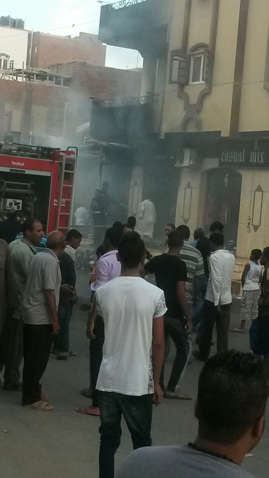 بالصور والفيديو.. اندلاع حريق بأحد المحال التجارية في مدينة القصير بالبحر الأحمر