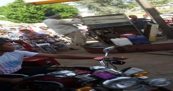 بالصور.. طوابير على محطات الوقود بسوهاج.. والبنزين «رايح» السوق السوداء «ع الملأ»