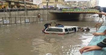 بالصور.. لحظة نجدة سيارات احتجزها المطر في نفق جمال عبدالناصر بالإسكندرية