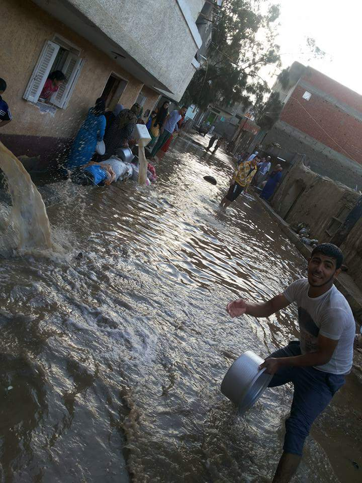 أهالي حوش عيسى بالبحيرة ينقذون منازلهم من مياه الأمطار بـ«الحلات والجرادل»