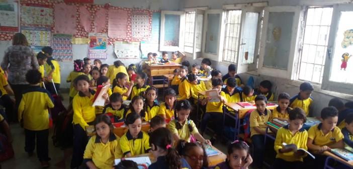 بالصور.. للمرة الأولى.. مدرسة تضم 120 تلميذًا بالفصل الواحد: سعة 4 في «التختة» 📷