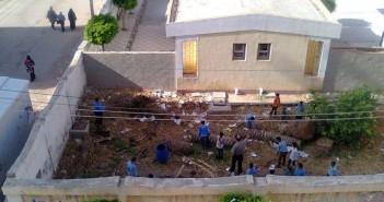 بالصور.. إجبار طلاب على جمع القمامة من حوش مدرسة في كفر الدوار