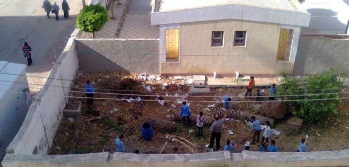 بالصور.. «إجبار» طلاب على جمع القمامة من حوش مدرسة بكفر الدوار 📷