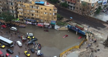 «كليوباترا» تتحول لبحيرة عائمة للسيارات بعد سقوط الأمطار في الإسكندرية