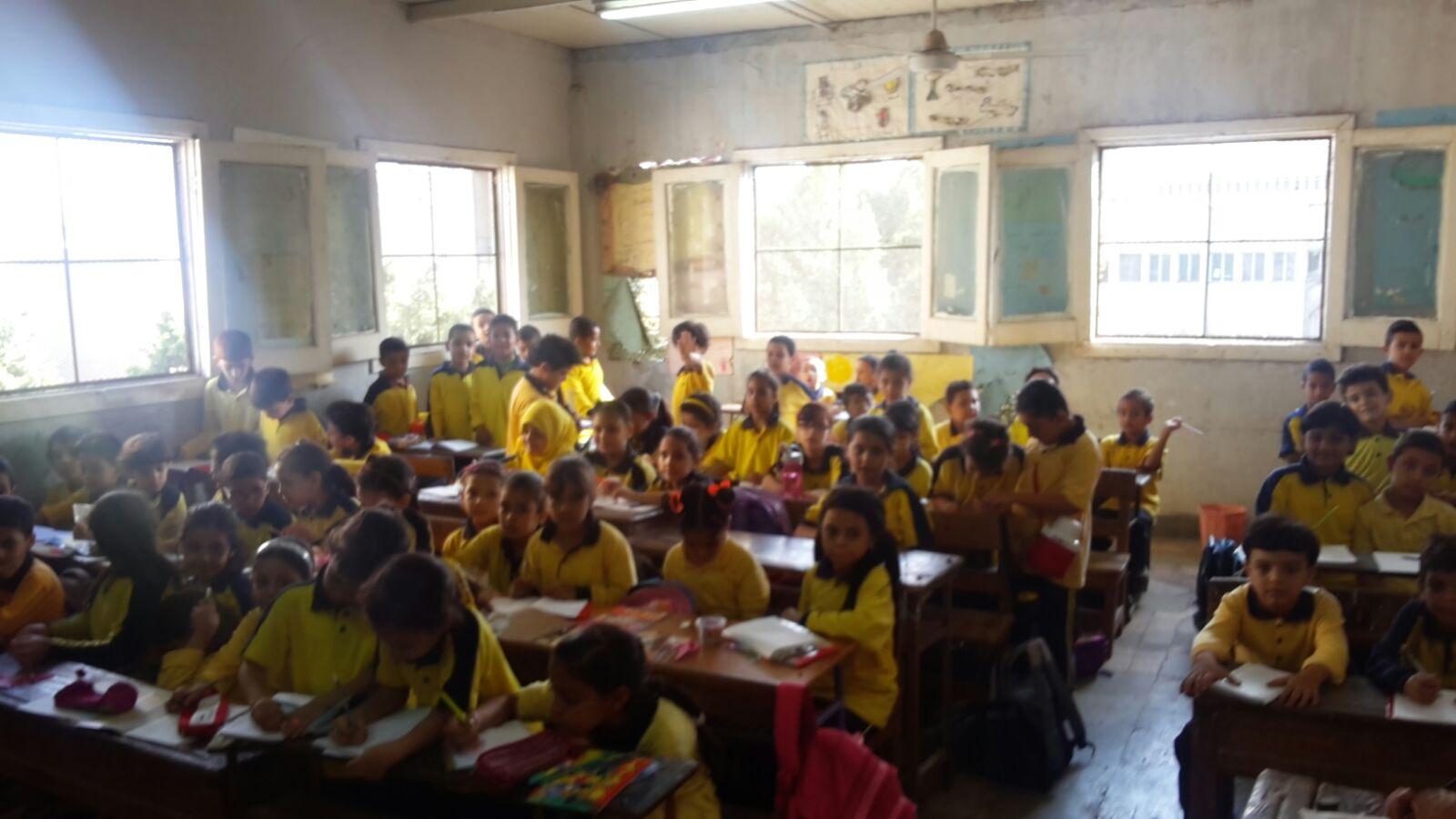 بالصور.. للمرة الأولى.. مدرسة بالجيزة تضم 160 تلميذًا في الفصل الواحد.. و4 في «التختة»