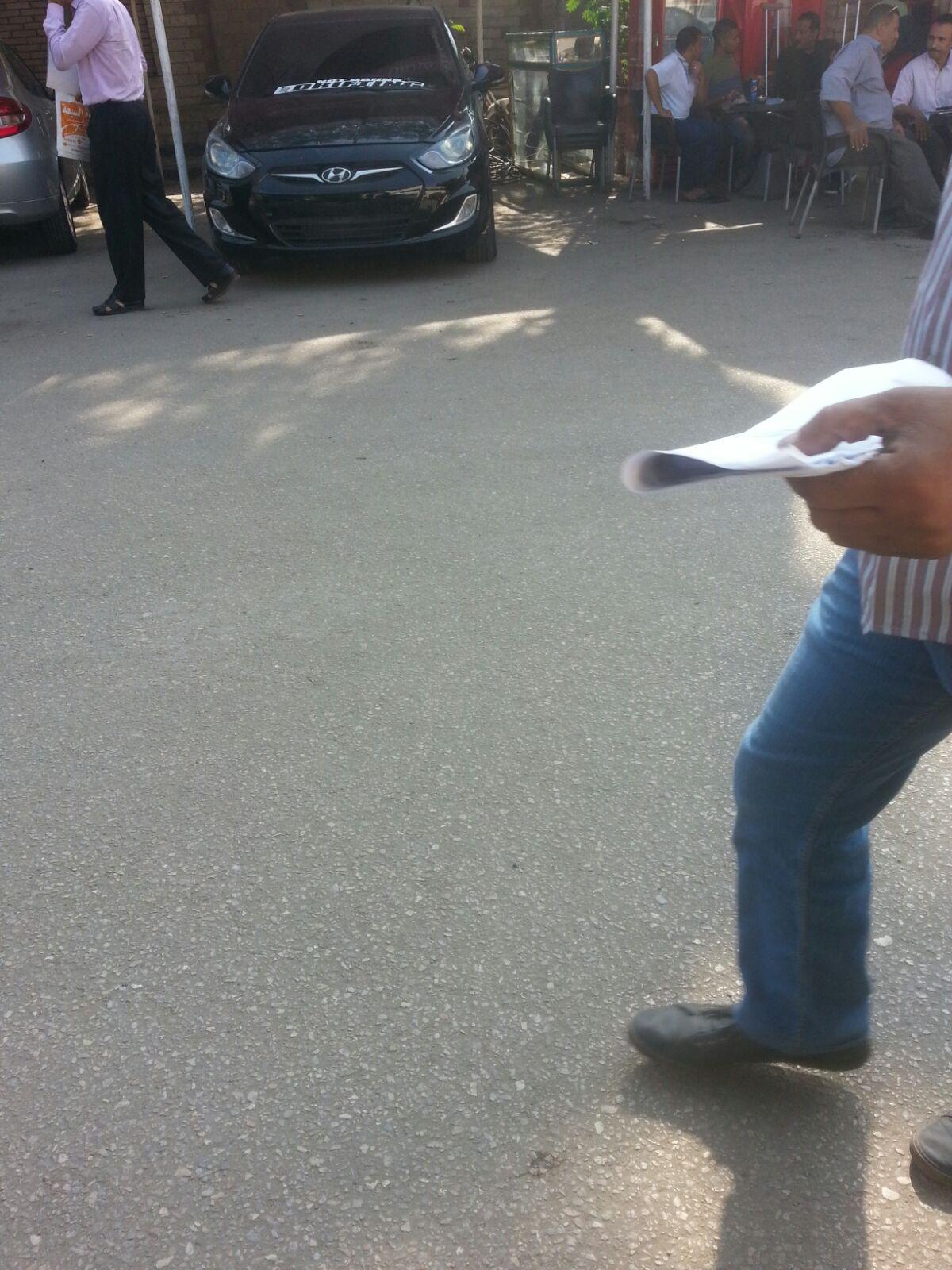 بالصور.. سيارة مخالفة في قلب وحدة تراخيص مرور شبرا بعبود