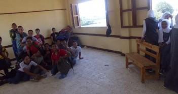 في مدرسة بالدقهلية.. 1200 طالب يفترشون الأرض لعدم وجود مقاعد