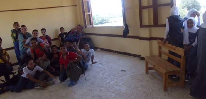 بالصور.. في مدرسة بالدقهلية.. 1200 طالب يفترشون الأرض لعدم وجود مقاعد 📷