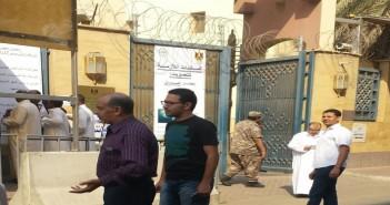 المشهد أمام القنصيلة المصرية بالسعودية بأولى ساعات تصويت المصريين بالخارج في الانتخابات