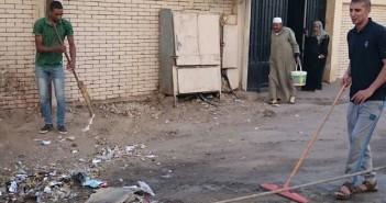 شباب يبادرون برفع القمامة من أمام مدرسة ابتدائية في المرج