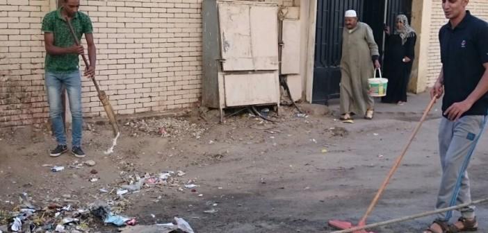 شباب يبادرون برفع القمامة من أمام مدرسة ابتدائية في المرج 📷