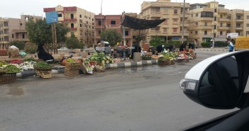 بالصور.. مواطنون في «العبور» يشكون تردي الخدمات وانتشار الباعة الجائلين