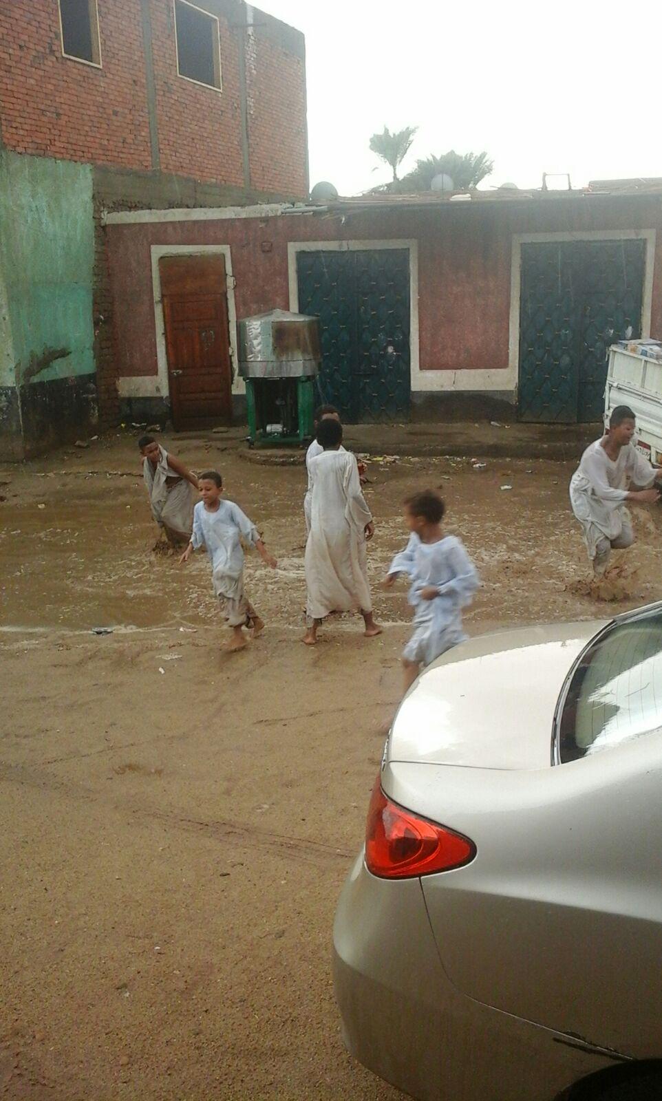 أمطار غزيرة بقرى مركز دراو في أسوان