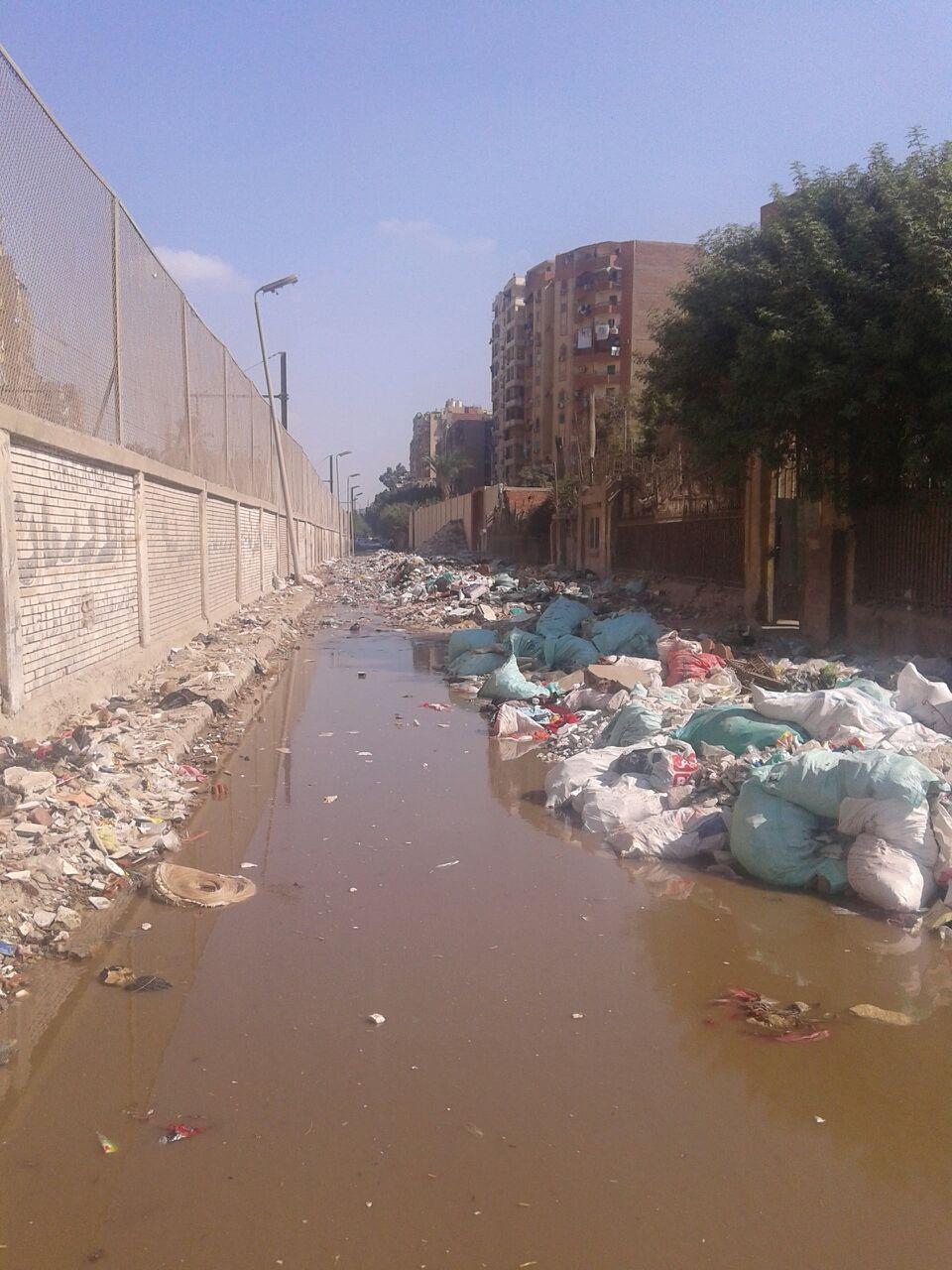 بالصور.. تراكم القمامة أمام مدرسة التدريب المهني بالمطرية