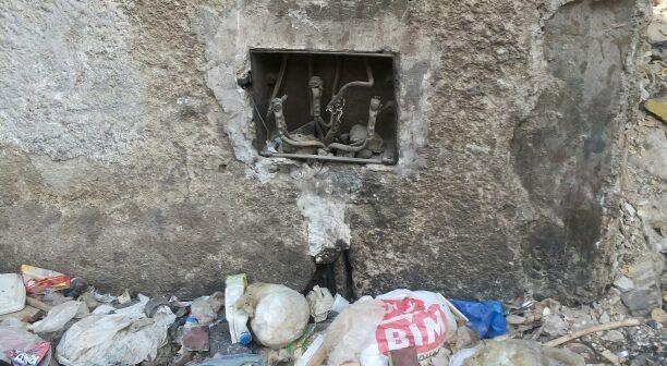📷 نقاط توزيع الكهرباء في مدينة السلام «مكشوفة».. والأطفال عرضة للصعق