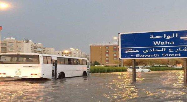 بالفيديو.. غرق مناطق في الكويت بعد موجة من الطقس السىء ▶