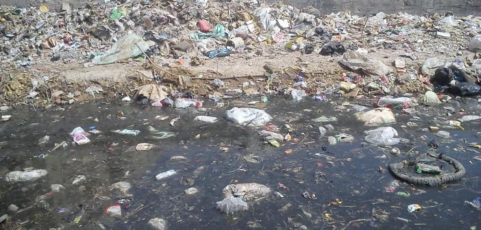 بالصور.. مياه الصرف والقمامة تحاصران المركز الطبي في حدائق حلوان 📷