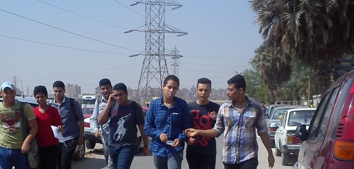 بالصور والفيديو.. طلاب يهربون من المدرسة بعد الحصة الثانية للعب الكرة والتدخين 📷 ▶