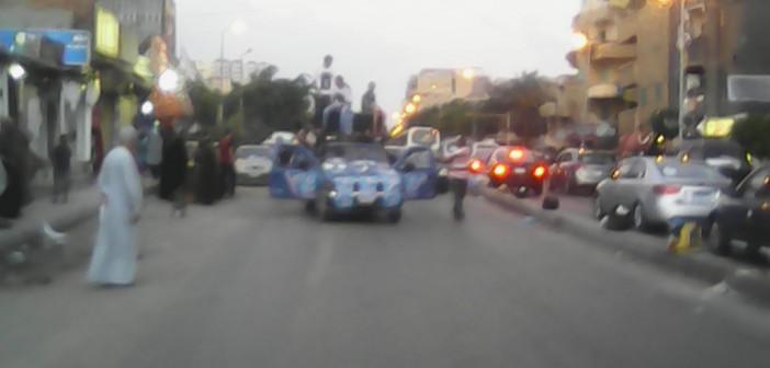 بالصور.. مرشح يغلق طريق مطار النزهة بالإسكندرية ساعتين بـ«زفة صعيدي»
