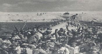 حرب أكتوبر.. جنود مصريون يحتفلون بعبورهم قناة السويس