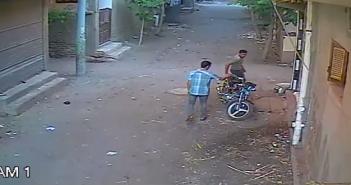 فيديو.. كاميرا مراقبة تسجل سرقة دراجة بخارية بالدقهلية