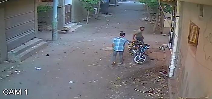 بالفيديو.. كاميرا مراقبة ترصد سرقة دراجة بخارية في «160 ثانية» ▶