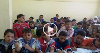 فيديو.. يحدث في إحدى مدارس المنوفية.. حوالي 50 تلميذًا يجلسون في فصل من 14 «تختة»