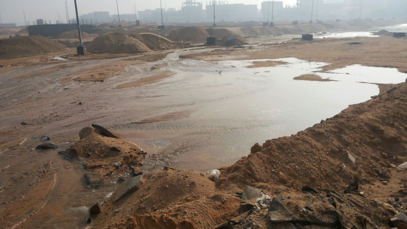 بالصور.. إهدار مئات الأمتار المكعبة من المياه في مدينة السادات يوميًا
