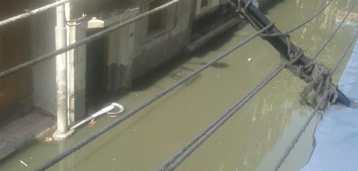 بالصور.. طفح مياه المجاري ودخولها منازل المواطنين في بندر قنا 📷
