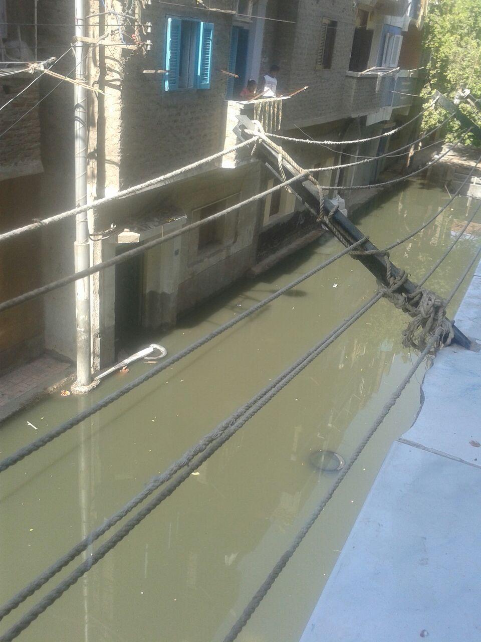 بالصور..طفح مياه المجاري ودخولها منازل المواطنين في بندر قنا