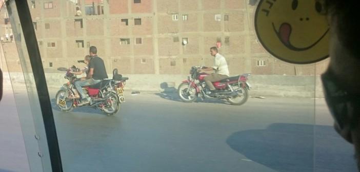 📷 طفل يقود دراجة بخارية على الطريق الدائري بالقاهرة