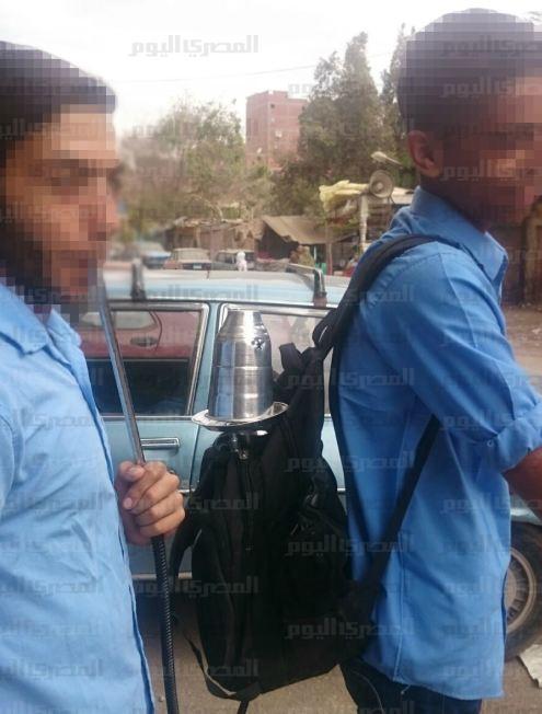 بالصور.. على طريقة «مدرسة المشاغبين».. طالبان يدخنان «الشيشة» في طريقهما للمدرسة